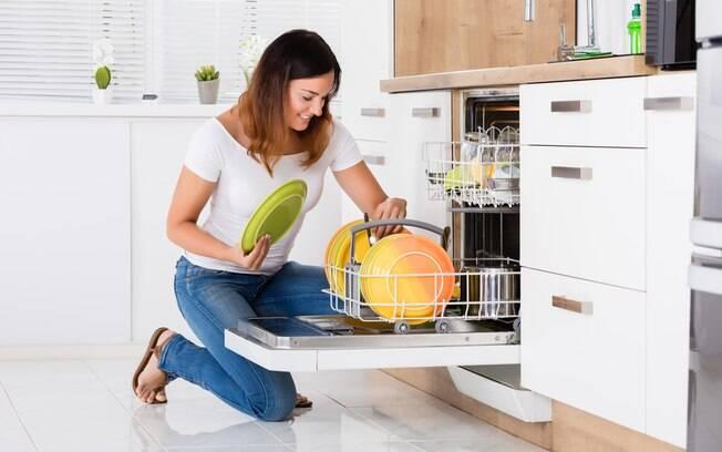 Quem preferir pode optar pelo lava-louças para higienizar a esponja. O processo, no entanto, demora um pouco mais