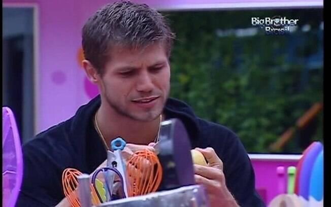 Jonas descasca batatas e se diverte quando Kelly confunde o nome do rapaz