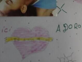 Um dos desenhos de Sílvia e uma parte de sua fotografia. A menina se transformou nas ruas. Do olhar ingênuo ao desconfiado, ela hoje está mais parecida com a irmã Bia