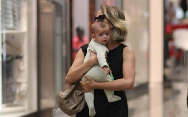Juliana Silveira passeia com seu filho Bento em shopping na Barra da Tijuca, no Rio