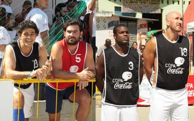 Du Moscovis e Thierry Figueira esperam para entrar em campo. Na hora do hino nacional, a seriedade dos ateltas