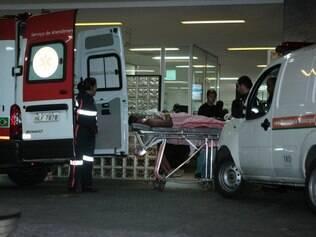 Ferido chega ao Hospital Risoleta Tolentino Neves, em Venda Nova