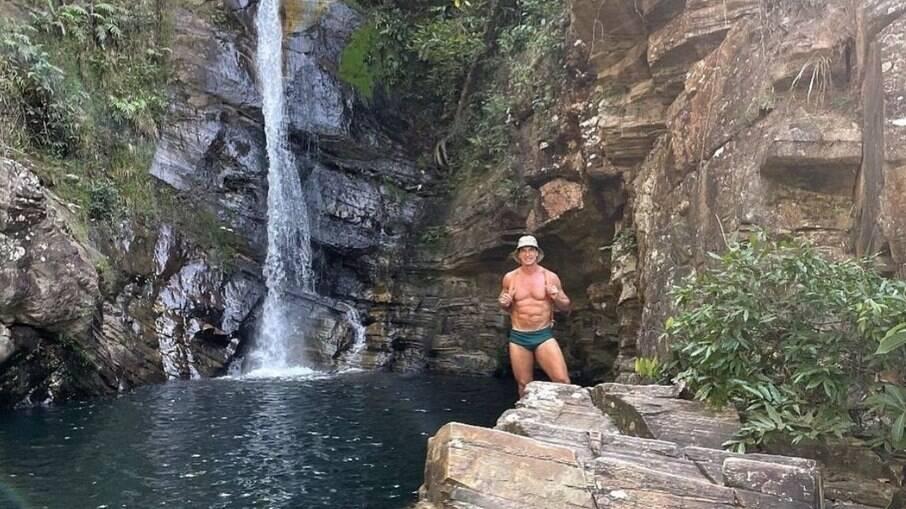 Aos 62 anos, Victor Fasano mostra corpo sarado em cachoeira