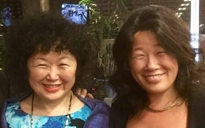 A oncologista Dra. Nise Yamaguchi, de azul, e sua irmã mais nova, Naomi Yamaguchi