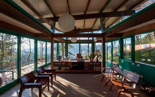 O fechamento em vidro traz a paisagem exuberante para o interior da casa