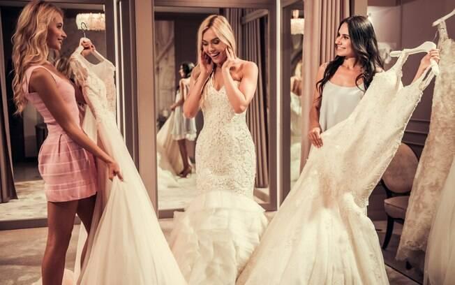 Para estilistas, mães dos noivos e madrinhas precisam falar com a noiva antes de escolherem seus vestidos de casamento