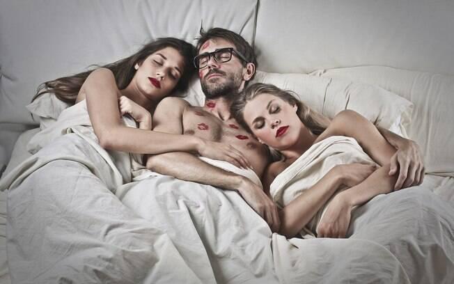 Um casal britânico tentou o sexo a três por duas vezes, mas sentiu ciúmes;  para resolver isso, eles buscaram terapia