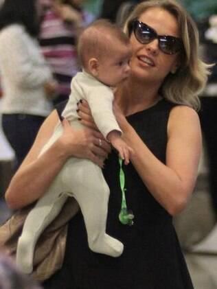 Juliana Silveira com o filho Bento, de quatro meses