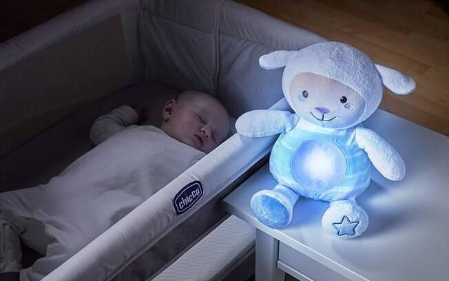 Ovelha de pelúcia é um bom mimo para as noites do seu bebê
