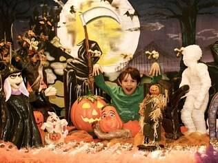 Leon faz aniversário em 24 de dezembro e a mãe adianta as festas para novembro: mais perto do Dia das Bruxas que do Papai Noel