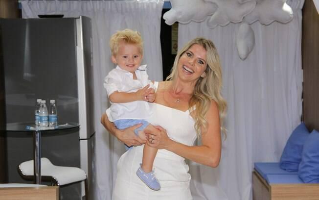 Karina Bacchi participa de evento sobre aleitamento materno com o filho Enrico