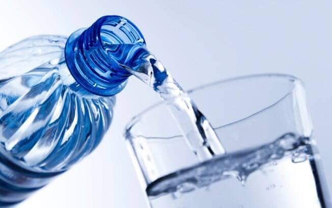 Água: manter garrafas nos locais onde trabalha estuda ou permanece por muito tempo ajuda a forjar o hábito