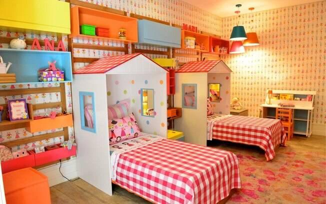 O quarto das gêmeas recebeu decoração colorida e temática. O recurso é perfeito para crianças do mesmo sexo