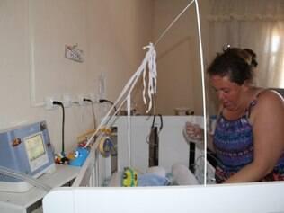 Lilian Rocha reclama que faltam materiais, como sonda e seringa, para o filho