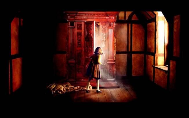 Cena do filme As Crônicas de Nárnia: O Leão, a Feiticeira e o Guarda-Roupa; mostrando o guarda-roupas antigo que dava passagem para um mundo paralelo