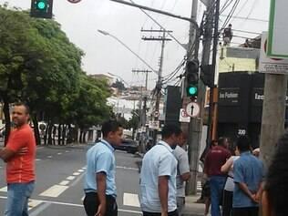 Policiais subiram até no telhado de lojas para fazerem a varredura