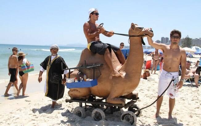 Os atores se divertiram na praia