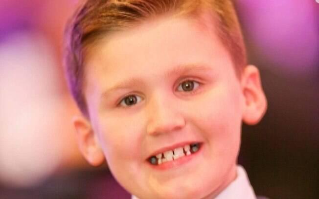 O menino perdeu o olho durante uma brincadeira com os amigos e, agora, mãe busca uma prótese mais realista