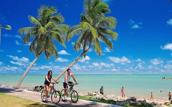 Calçadão da praia de Pajuçara, em Maceió, acessível também a pessoas em carreiras de rodas