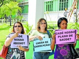 Repúdio.   Servidores da educação protestaram na prefeitura contra decisão acatada pela CMC