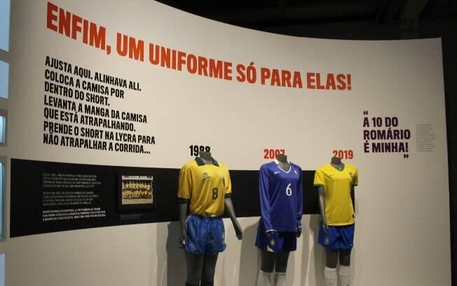Os uniformes da seleção feminina do Brasil estão em exposição no Museu do Futebol, em São Paulo
