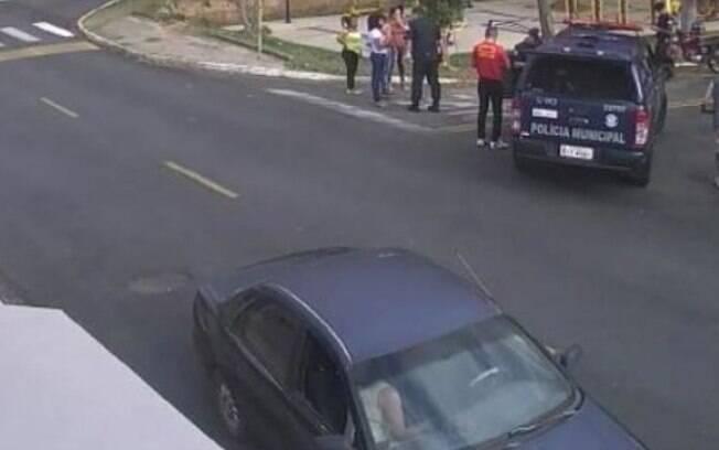 Homem rouba mercado e é pego por clientes após moto não funcionar