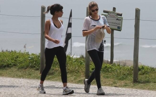 Grazi Massafera e Ana Lima caminham pela praia