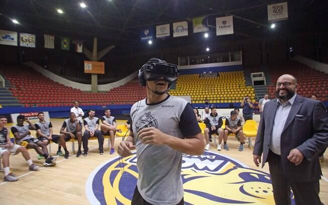 O armador Arthur Pecos testou o óculos de realidade virtual no Ginásio