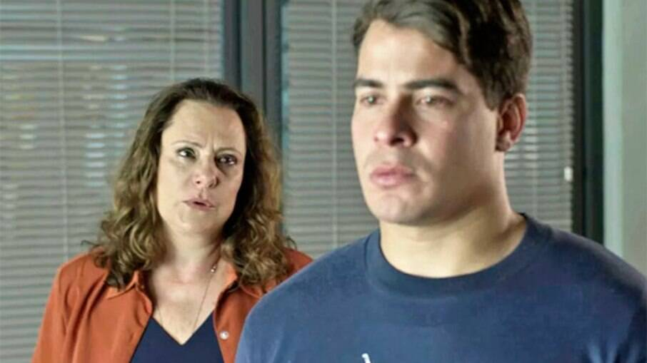Arlete, mãe de Júlio, paga fiança para que ele seja solto