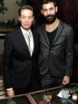Elliott e o marido Adam Santos-Coy passaram a ser identificados como casal gay