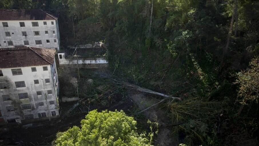 Terreno onde serão retiradas 340 árvores para dar lugar a um residencial de 240 apartamentos. A área verde é vizinha da Floresta Nacional da Tijuca