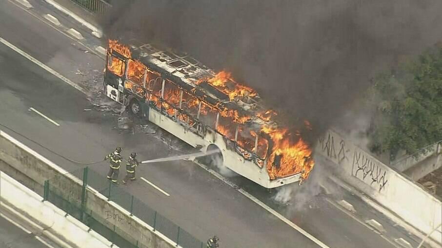 Ônibus pega fogo na zona oeste de SP