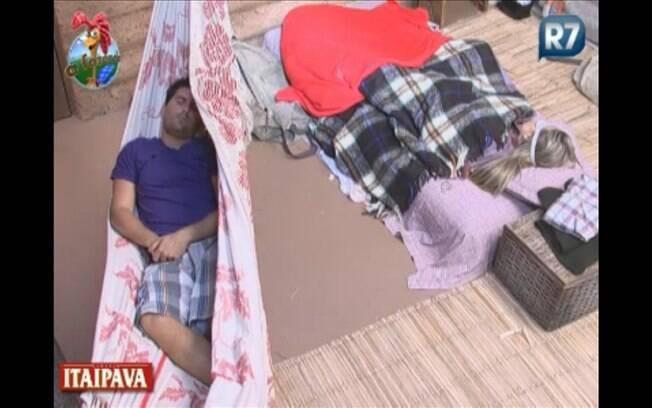 Após muita conversa, Thiago e Joana adormecem