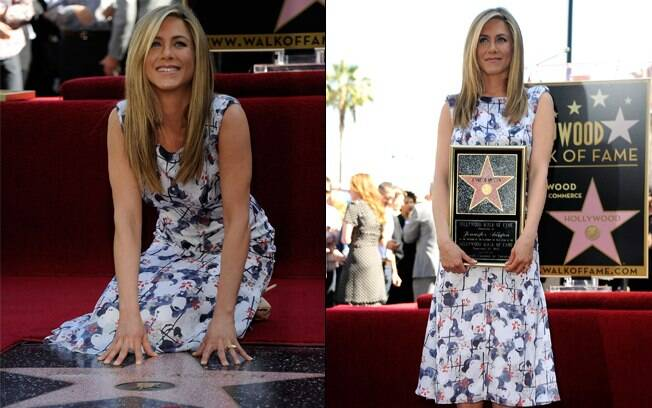 Jennifer Aniston posa com sua estrela da fama