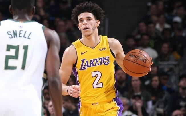 Lonzo Ball, do Los Angeles Lakers, se tornou o mais jovem atleta a fazer um triplo-duplo
