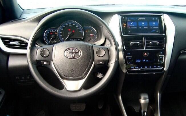 Toyota Yaris 1.3 CVT é simples por dentro, sem o mostrador de TFT no quadro de instrumentos e entrada USB escondida
