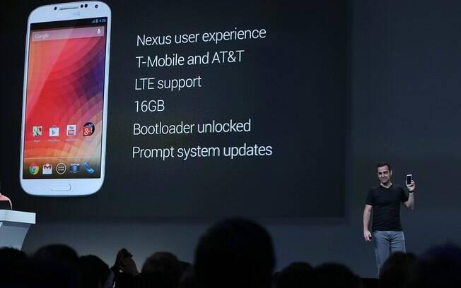 Hugo Barra, diretor da divisão de Android, mostra Galaxy S4 com Android puro
