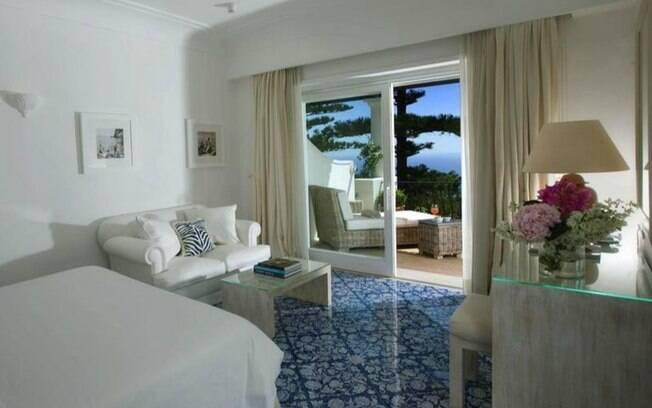 Tem mais um hotel italiano na lista. La Minerva fica em Capri e tem uma decoração toda em brando e azul