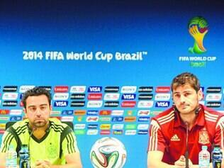 Decepção. Xavi Hernandez e Iker Casillas, duas estrelas da campeã Espanha, em entrevista após a eliminação da Copa