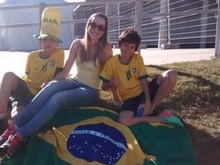 Cintia chegou cedo ao Gigante da Pampulha nesta sexta-feira com o filho Artur (esq.) e o sobrinho Carlos (dir.)