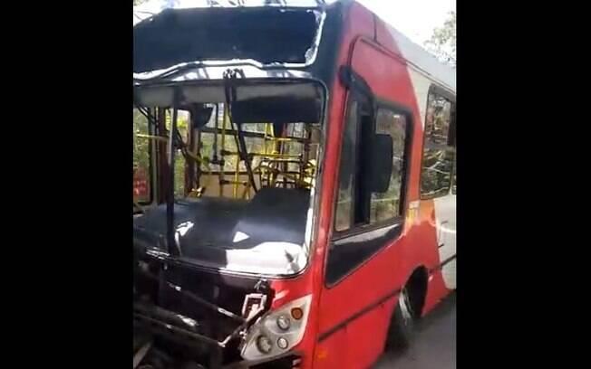 Seis pessoas ficaram feridas após ônibus bater em poste.