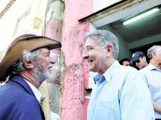 Conversa. Fernando Pimentel andou pelo aglomerado da Serra e conversou com a população