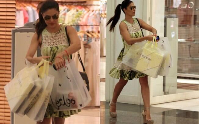 Juliana Paes deixa shopping cheia de sacolas