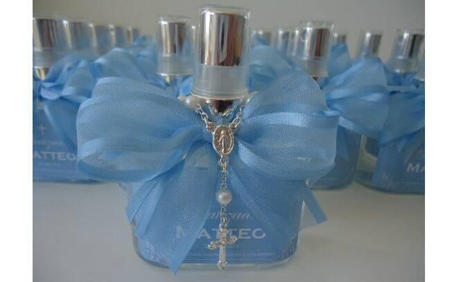 A água benta aromatizada com mirra vem com um mini terço e etiqueta  personalizada com o