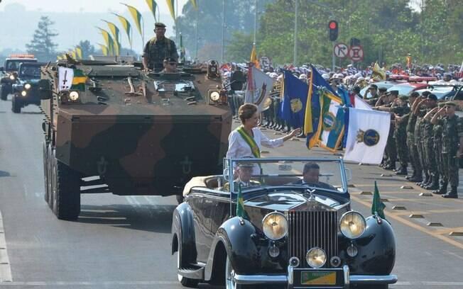 Dilma Rousseff desfila no Rolls Royce oficial da Presidênica da República. Foto: Valter Campanato/Agência Brasil - 7.9.15