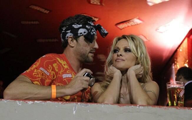 Pamela Anderson veio para cá duas vezes: no carnaval do Rio de Janeiro...