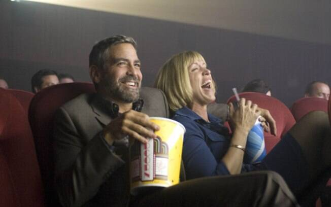 """France McDormand e George Clooney em cena no filme em """"Queime Depois de Ler"""" (2005)"""
