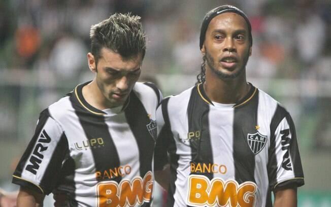 Ronaldinho ao lado do estreante Dátolo contra  o Bahia