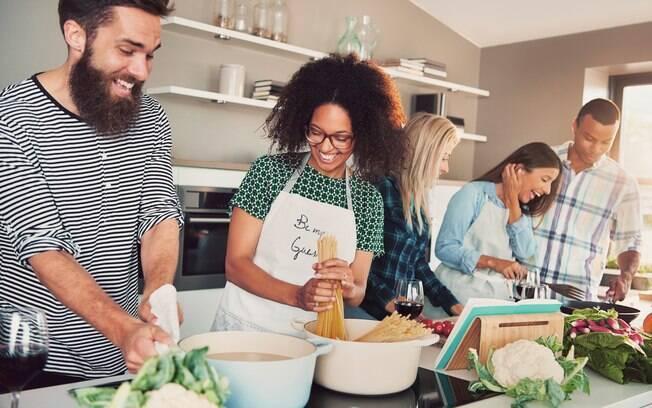Aproveite a viagem com os amigos para cozinharem juntos