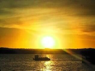 Beleza.Praia de Cabedelo, no litoral norte, é banhada pelo rio Paraíba, onde as pessoas se reúnem para esperar o sol se pôr